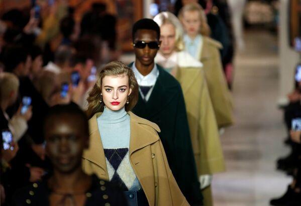 Người mẫu trình bày sáng tạo của nhà thiết kế Bruno Sialelli trong triển lãm bộ sưu tập quần áo nữ mùa thu đông 2020-2021 tại Paris - Sputnik Việt Nam