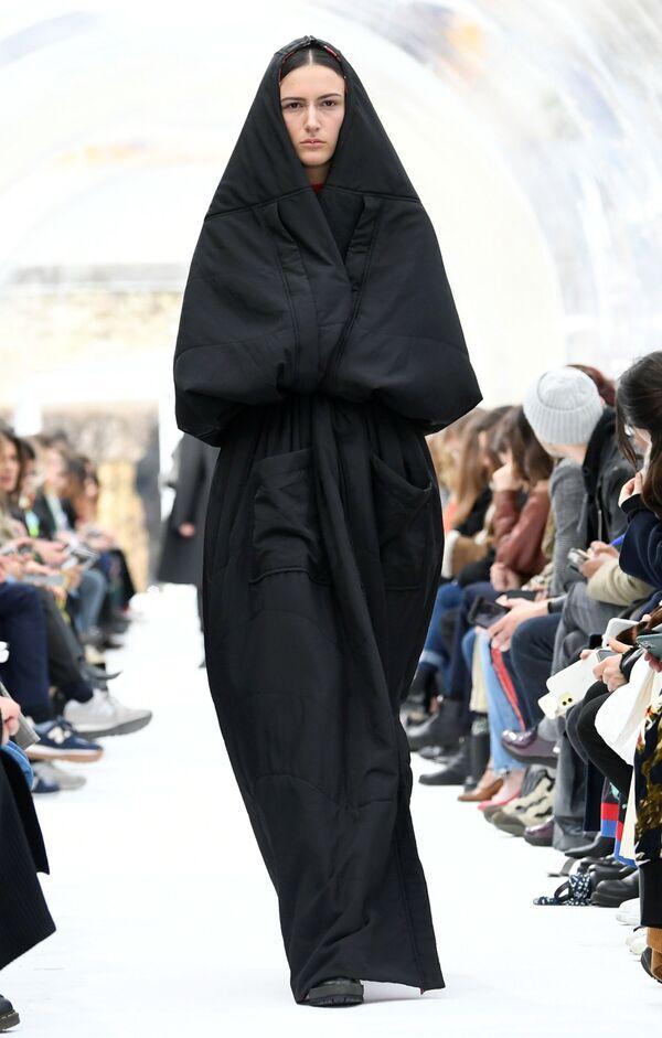 Người mẫu giới thiệu sản phẩm của nhà thiết kế Felipe Oliveira Baptista trong buổi trình diễn thời trang quần áo nữ mùa thu đông 2020-2021 tại Paris - Sputnik Việt Nam