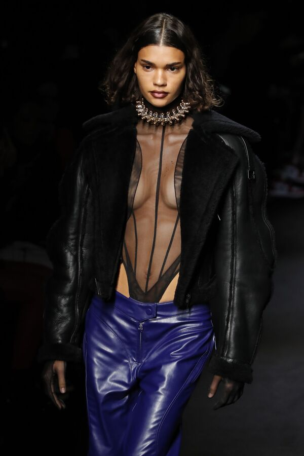 Người mẫu thể hiện sự sáng tạo của Mugler tại triển lãm trang phục nữ mùa thu đông 2020-2021 tại Paris - Sputnik Việt Nam