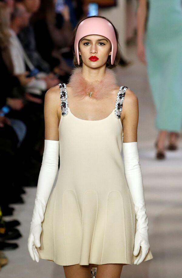 Người mẫu trong trang phục của nhà thiết kế Bruno Sialelli tại Tuần lễ thời trang Paris - Sputnik Việt Nam