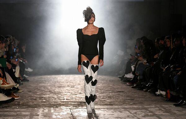 Người mẫu trong trang phục của nhà thiết kế Kiminte Kimhekim tại Tuần lễ thời trang Paris - Sputnik Việt Nam