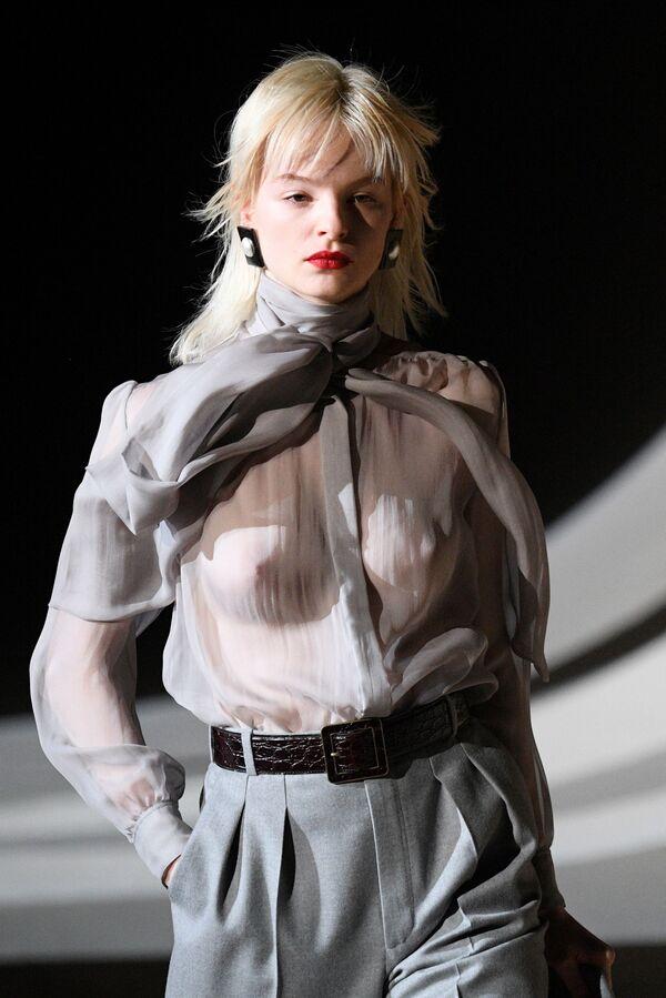 Người mẫu trình bày trang phục của hãng Yves Saint Laurent tại Tuần lễ thời trang Paris - Sputnik Việt Nam