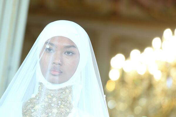 Người mẫu trình bày sản phẩm thương hiệu Firdaws tại Tuần lễ thời trang Paris - Sputnik Việt Nam