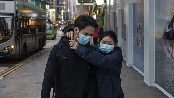 Cặp đôi trong mặt nạ y tế bảo vệ. - Sputnik Việt Nam