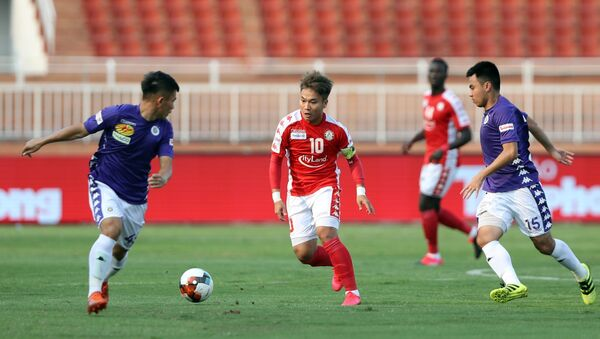 Pha tranh bóng giữa cầu thủ Câu lạc bộ Hà Nội (áo tím) và cầu thủ Câu lạc bộ Tp. Hồ Chí Minh (áo đỏ) trong trận trận Siêu cúp bóng đá Quốc gia tranh cúp Thaco 2019 - Sputnik Việt Nam
