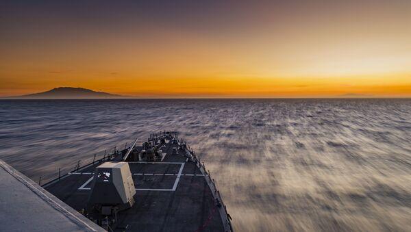 Tàu khu trục tên lửa dẫn đường USS của Arleigh Burke, Michael Murphy (DDG 112) đi qua Biển Đông. - Sputnik Việt Nam