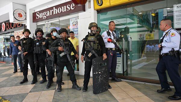 Lực lượng đặc biệt ở lối vào trung tâm mua sắm, nơi con tin diễn ra ở Manila - Sputnik Việt Nam