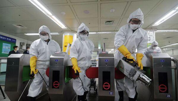 Nhân viên y tế khử trùng tại một ga tàu điện ngầm ở Seoul, Hàn Quốc. Ngày 28 tháng 12 năm 2020 - Sputnik Việt Nam