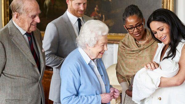 Nữ hoàng Elizabeth II, Hoàng tử Anh Harry và vợ Megan cùng con trai nhỏ tại Lâu đài Windsor. Ngày 8 tháng 5 năm 2019 - Sputnik Việt Nam