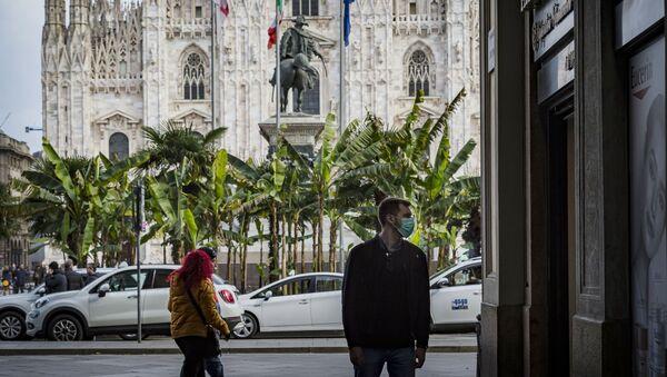 Chàng trai đeo mặt nạ ở trung tâm Milan. - Sputnik Việt Nam