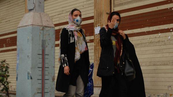 Cư dân Tehran đi bộ dọc theo một trong những con đường trung tâm trong mặt nạ y tế - Sputnik Việt Nam