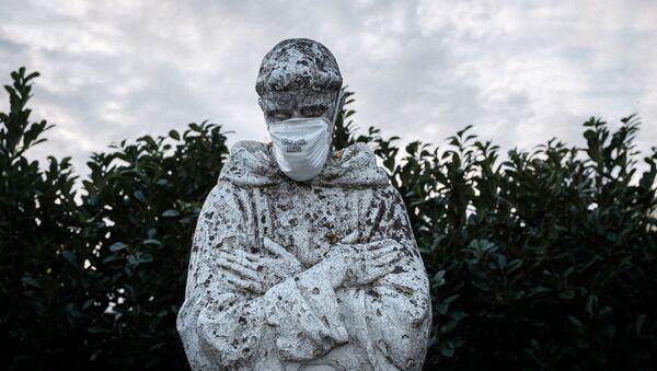 Khẩu trang trên bức tượng Thánh Phanxicô ở San Fiorano - Sputnik Việt Nam