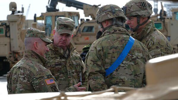 Trung tướng quân đội Hoa Kỳ và Tư lệnh quân đội Hoa Kỳ tại châu Âu Christopher Cavoli nói chuyện với các binh sĩ trong một chiến dịch để dỡ các thiết bị quân sự tại cảng Bremerhaven để chuẩn bị cho cuộc tập trận Bảo vệ châu Âu 20, Đức - Sputnik Việt Nam