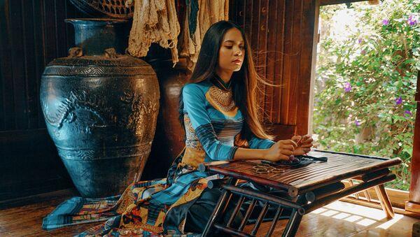 Một bộ áo dài của NTK Quang Huy - Sputnik Việt Nam