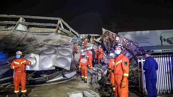 Lực lượng cứu hộ làm việc trong đống đổ nát của một khách sạn bị sập ở Tuyền Châu, thuộc tỉnh phía đông tỉnh Phúc Kiến của Trung Quốc vào ngày 7 tháng 3 năm 2020 - Sputnik Việt Nam