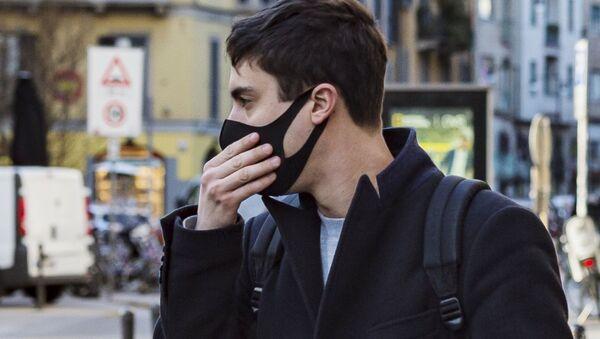 Người đàn ông đeo mặt nạ trên đường phố Milan - Sputnik Việt Nam