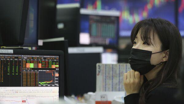 Cô gái đeo mặt nạ trên sàn giao dịch chứng khoán - Sputnik Việt Nam
