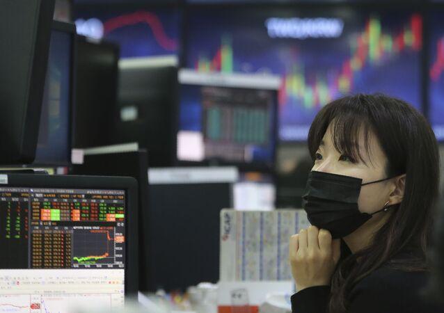 Cô gái đeo mặt nạ trên sàn giao dịch chứng khoán