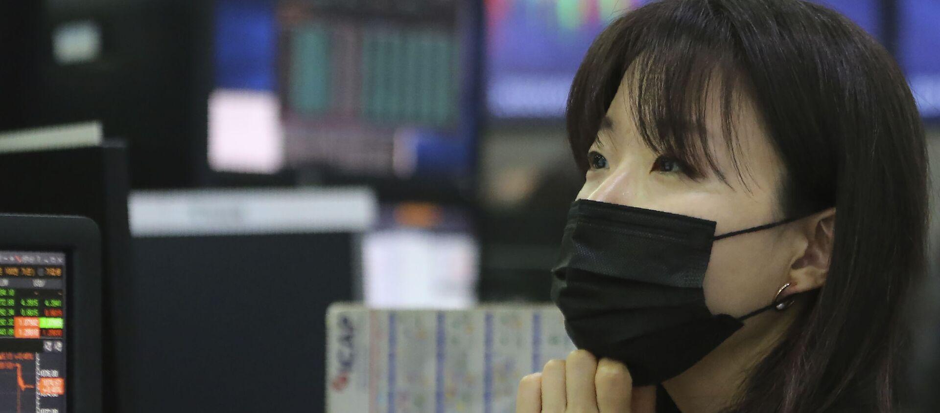Cô gái đeo mặt nạ trên sàn giao dịch chứng khoán - Sputnik Việt Nam, 1920, 11.06.2021