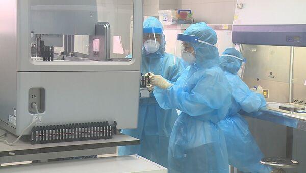 Xét nghiệm sàng lọc mẫu bệnh phẩm của các trường hợp nghi ngờ đến từ vùng dịch COVID-19 tại Trung tâm kiểm soát bệnh tật thành phố Hà Nội. - Sputnik Việt Nam