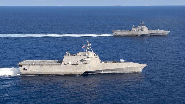 USS Montgomery (LCS 8) USS và Gabrielle Giffords (LCS 10) tàu chiến duyên hải ở Biển Đông vào ngày 28 tháng 1 năm 2020. - Sputnik Việt Nam