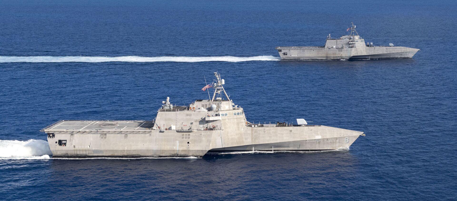 USS Montgomery (LCS 8) USS và Gabrielle Giffords (LCS 10) tàu chiến duyên hải ở Biển Đông vào ngày 28 tháng 1 năm 2020. - Sputnik Việt Nam, 1920, 05.03.2021