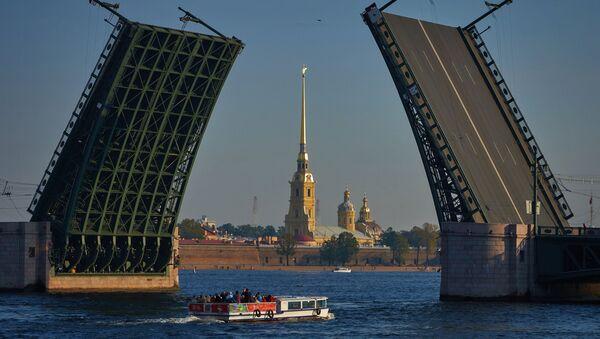 Cảnh mở Cầu Cung điện và Pháo đài Petropavlovsky ở Saint-Peterburg - Sputnik Việt Nam