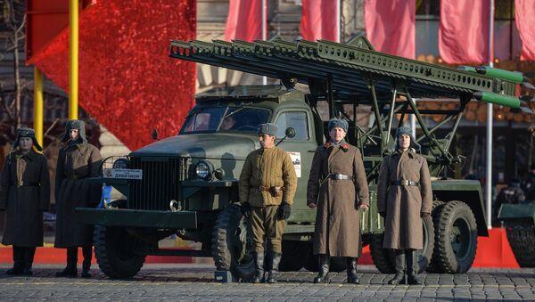 Những người tham gia cuộc diễu binh kỷ niệm cuộc duyệt binh huyền thoại 7 tháng 11 năm 1941 trên Quảng trường Đỏ ở Moskva, bên dàn hỏa tiễn BM-13 thời Thế chiến II - Sputnik Việt Nam