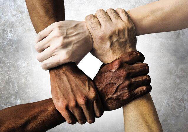 Bốn người nắm cổ tay nhau.