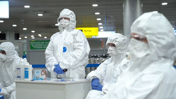 Nhân viên y tế trước khi bắt đầu kiểm tra hành khách tại sân bay Sheremetyevo. - Sputnik Việt Nam