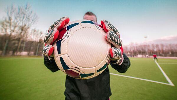 Người đàn ông với một quả bóng đá - Sputnik Việt Nam