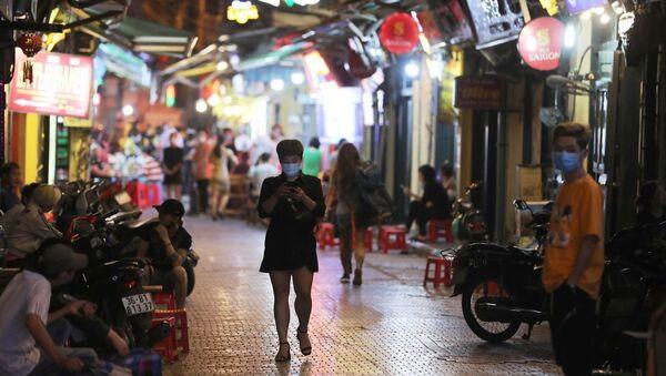 Cần hạn chế tụ tập đông người tại các tuyến phố du lịch như Tạ Hiện, quận Hoàn Kiếm. - Sputnik Việt Nam