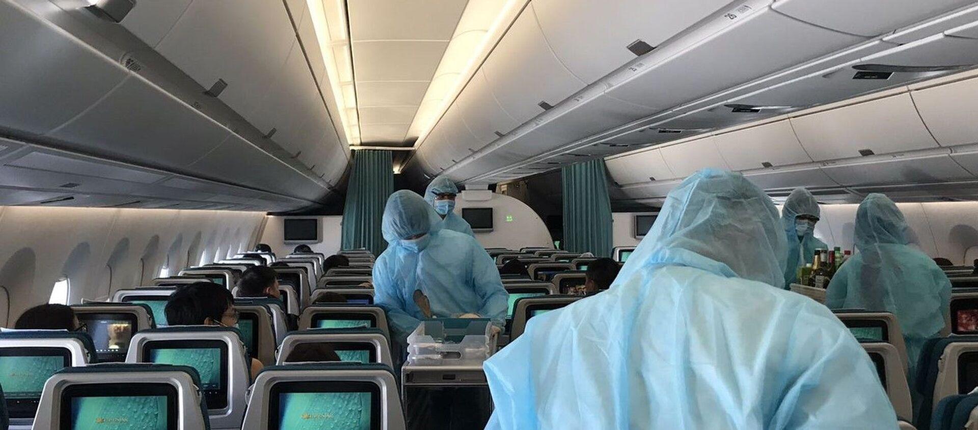 Các tiếp viên mặc trang phục bảo hộ phục vụ hành khách trong suốt 12-13 giờ bay. - Sputnik Việt Nam, 1920, 23.04.2020