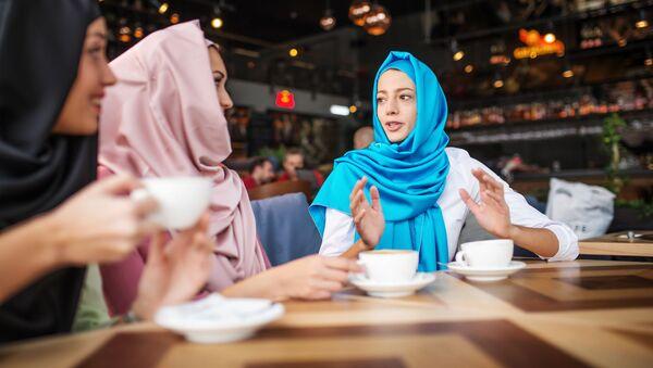 Cô gái Hồi giáo trong một cuộc họp tại một quán cà phê - Sputnik Việt Nam