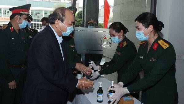 Thủ tướng Nguyễn Xuân Phúc rửa tay sát khuẩn trước khi vào họp - Sputnik Việt Nam