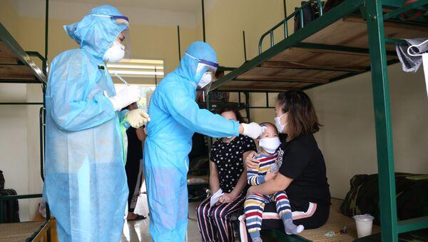 Nhân viên y tế theo dõi, thăm khám sức khỏe hằng ngày cho những người thực hiện cách ly tại các đơn vị quân đội.  - Sputnik Việt Nam