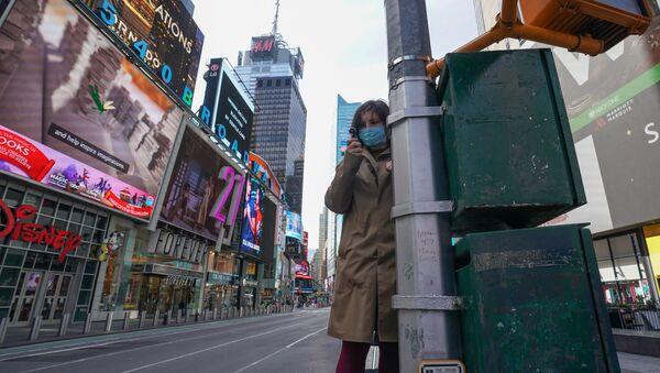 Девушка в медицинской маске на Таймс-сквер в Манхэттене - Sputnik Việt Nam