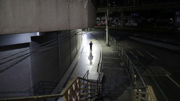 Человек в маске на пустынной улице в Маниле, Филиппины  - Sputnik Việt Nam