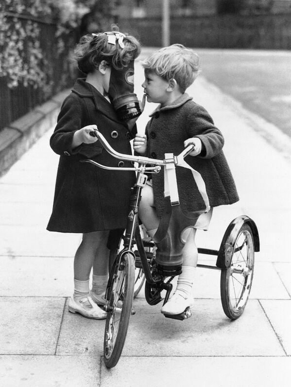 Trẻ em đeo mặt nạ phòng độc để chống không kích, Hackney, UK, năm 1938 - Sputnik Việt Nam