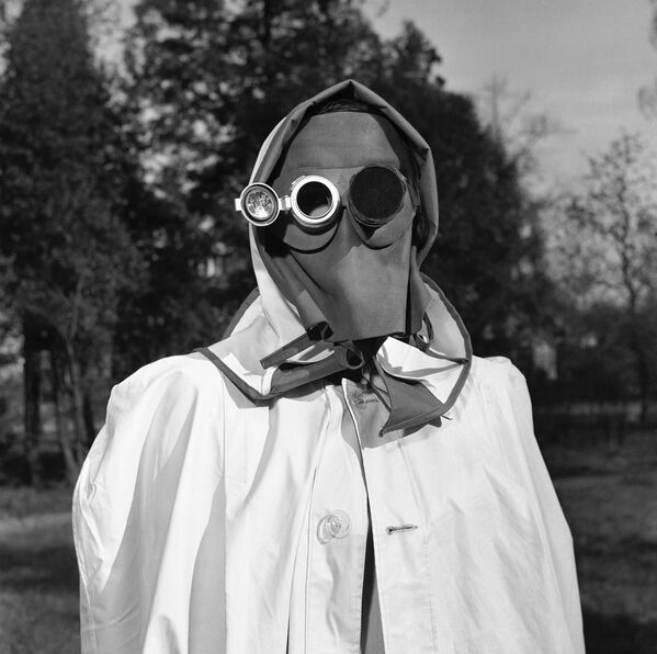 Mặt nạ là biện pháp chống bụi phóng xạ ở Hamburg, Đức, năm 1957 - Sputnik Việt Nam