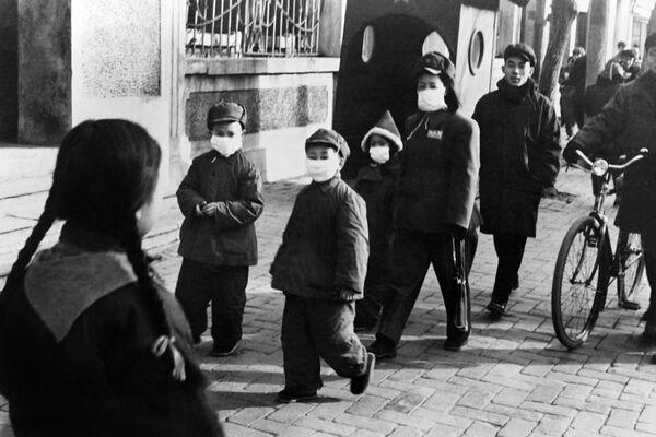 Người dân đeo khẩu trang trên đường phố Bắc Kinh, Trung Quốc, năm 1954 - Sputnik Việt Nam