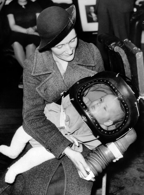 Mặt nạ phòng độc cho trẻ em dưới hai tuổi, được gọi là mũ bảo hiểm trẻ em, lần đầu tiên được giới thiệu ngày 13 tháng 3 năm 1939 tại Tòa thị chính Holborn ở London - Sputnik Việt Nam