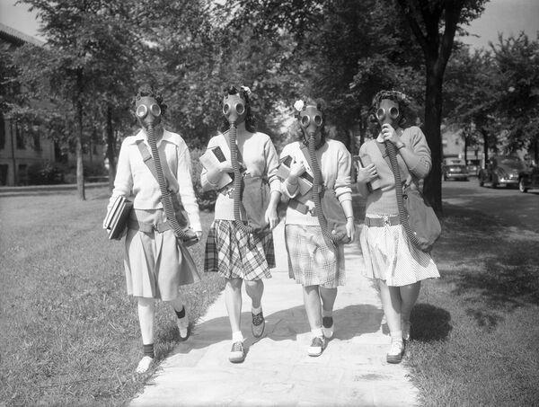Sinh viên tại Đại học Detroit, Hoa Kỳ thử mặt nạ phòng độc trong trường hợp cần thiết, năm 1942 - Sputnik Việt Nam