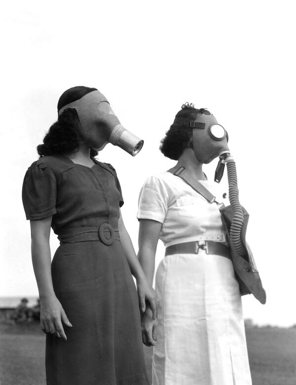 Người Philippines đeo mặt nạ phòng độc trên đường đến hầm tránh bom ở Manila, năm 1941 - Sputnik Việt Nam