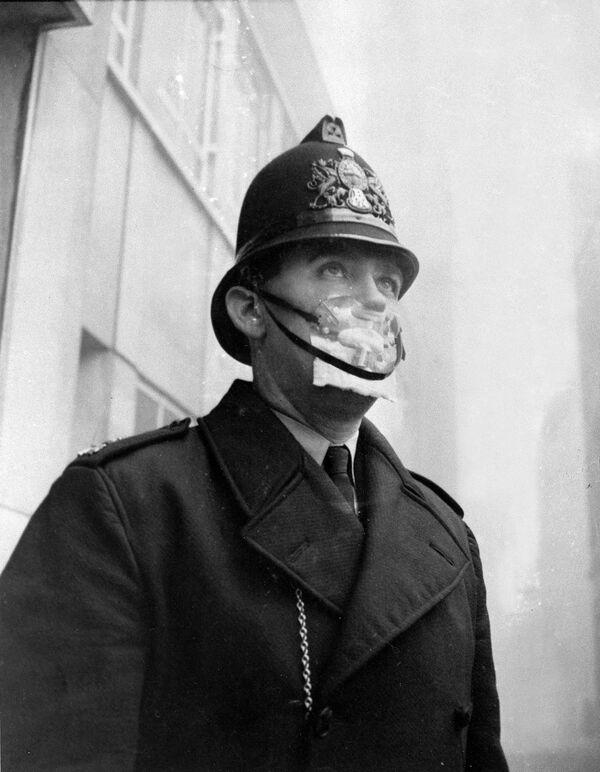 Cảnh sát Anh đeo mặt nạ bảo vệ chống khói bụi lưu huỳnh, năm 1962 - Sputnik Việt Nam