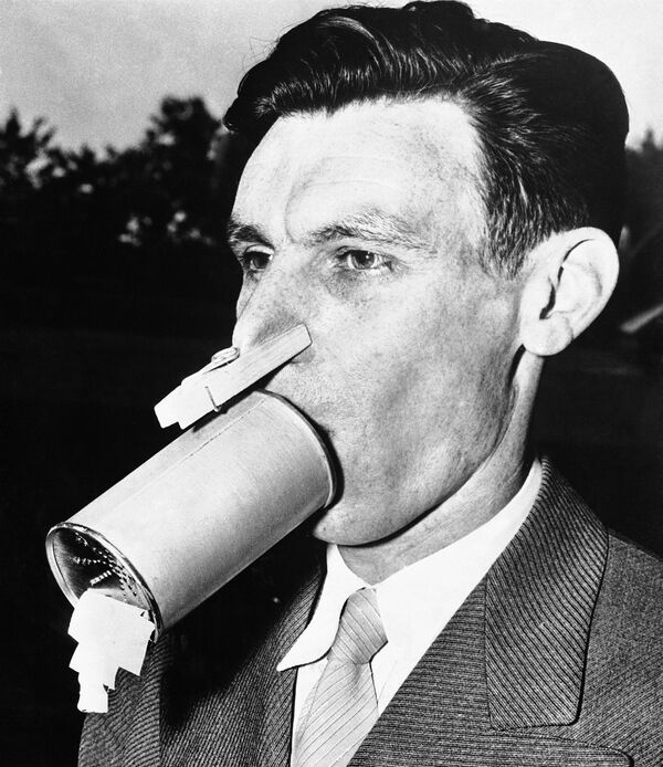 Nhà hóa học từ Baltimore, ông Vernon A. Bowers đeo mặt nạ phòng độc do ông thiết kế, năm 1942 - Sputnik Việt Nam