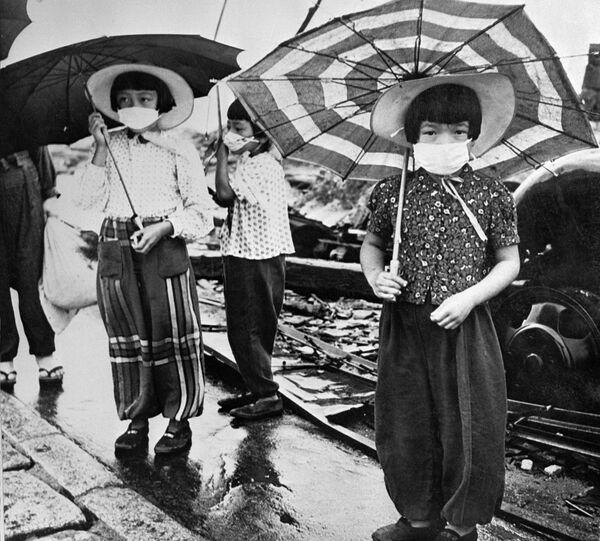 Trẻ em đeo mặt nạ phòng chống phóng xạ khi thành phố Hiroshima bị ném bom, Nhật Bản, năm 1948 - Sputnik Việt Nam