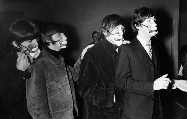 Thành viên nhóm Beatles đeo khẩu trang chống khói bụi, Manchester, năm 1965 - Sputnik Việt Nam