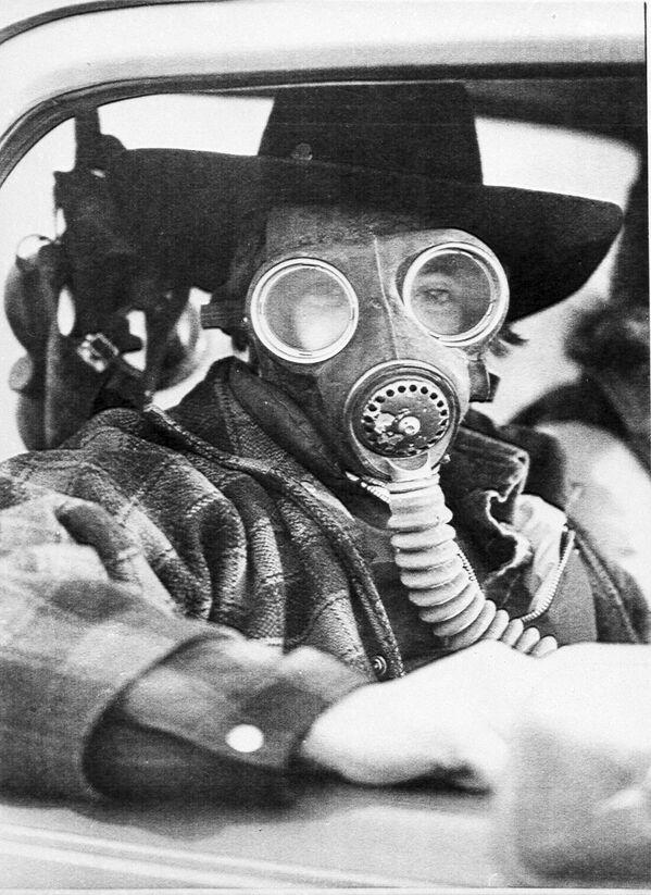 Một người đàn ông đeo mặt nạ phòng độc ở thành phố Mississippi, nơi đoàn tàu bị tấn công hóa học và 220 000 cư dân đã được sơ tán, Canada, năm 1979 - Sputnik Việt Nam