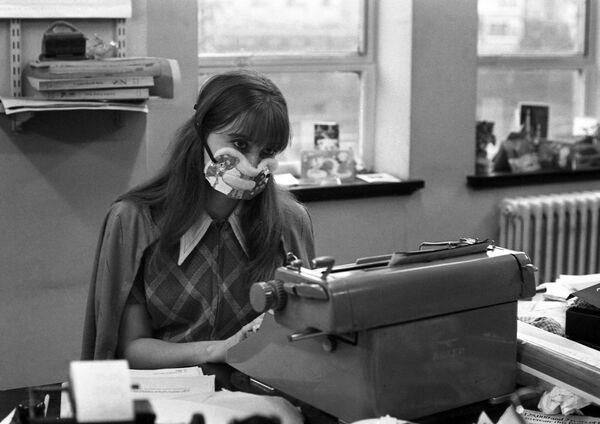 Nữ thư ký đeo khẩu trang tại văn phòng London trong trận dịch cúm, năm 1970 - Sputnik Việt Nam